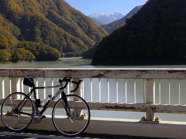 小渋ダム湖から赤石岳を望む