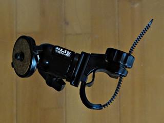 キャットアイのライト用フレックス・タイト・ブラケットとスリックSBH-60自由雲台