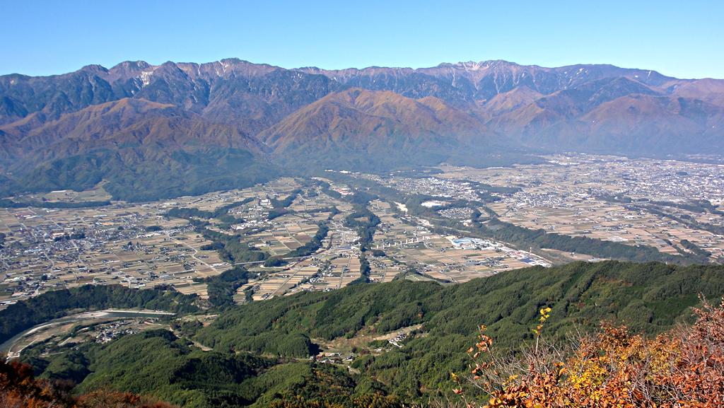陣馬形山から中央アルプスと伊那谷を望む