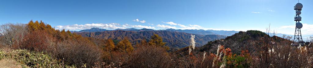 陣馬形山から南アルプスを眺める