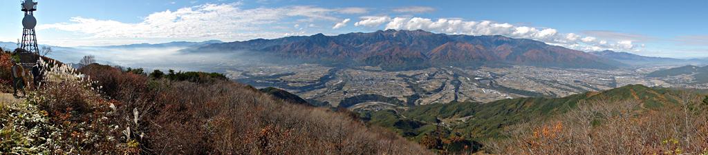 陣馬形山から中央アルプスを眺める