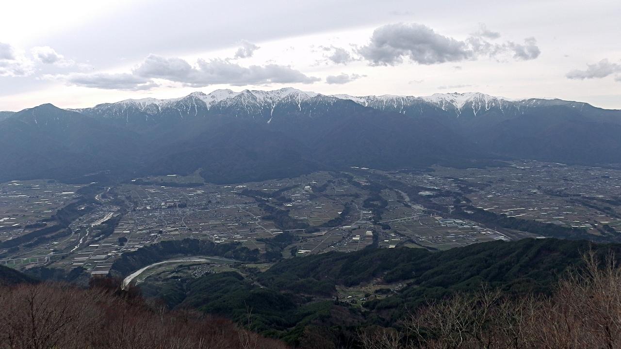 陣馬形山(南信州中川村)から中央アルプスと伊那谷を望む