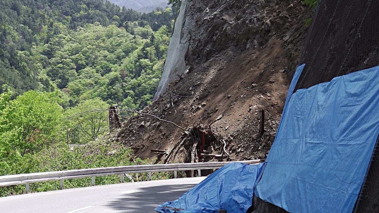 長野県道1号線為栗平岡間法面崩落