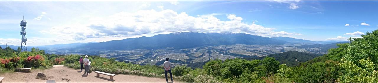 陣馬形山山頂より中央アルプスを望む